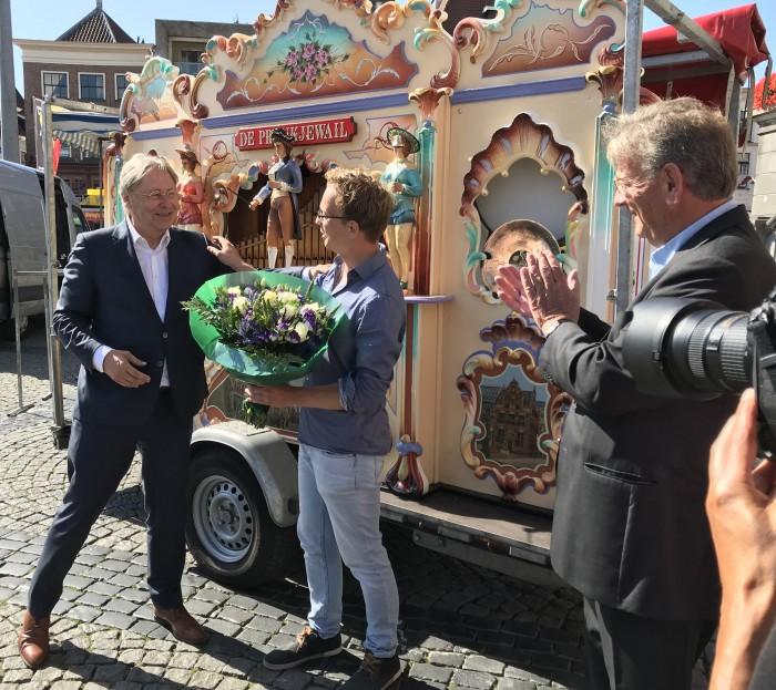 Burgemeester Den Oudsten met de nieuwe stadsorgelman Joris ten Have