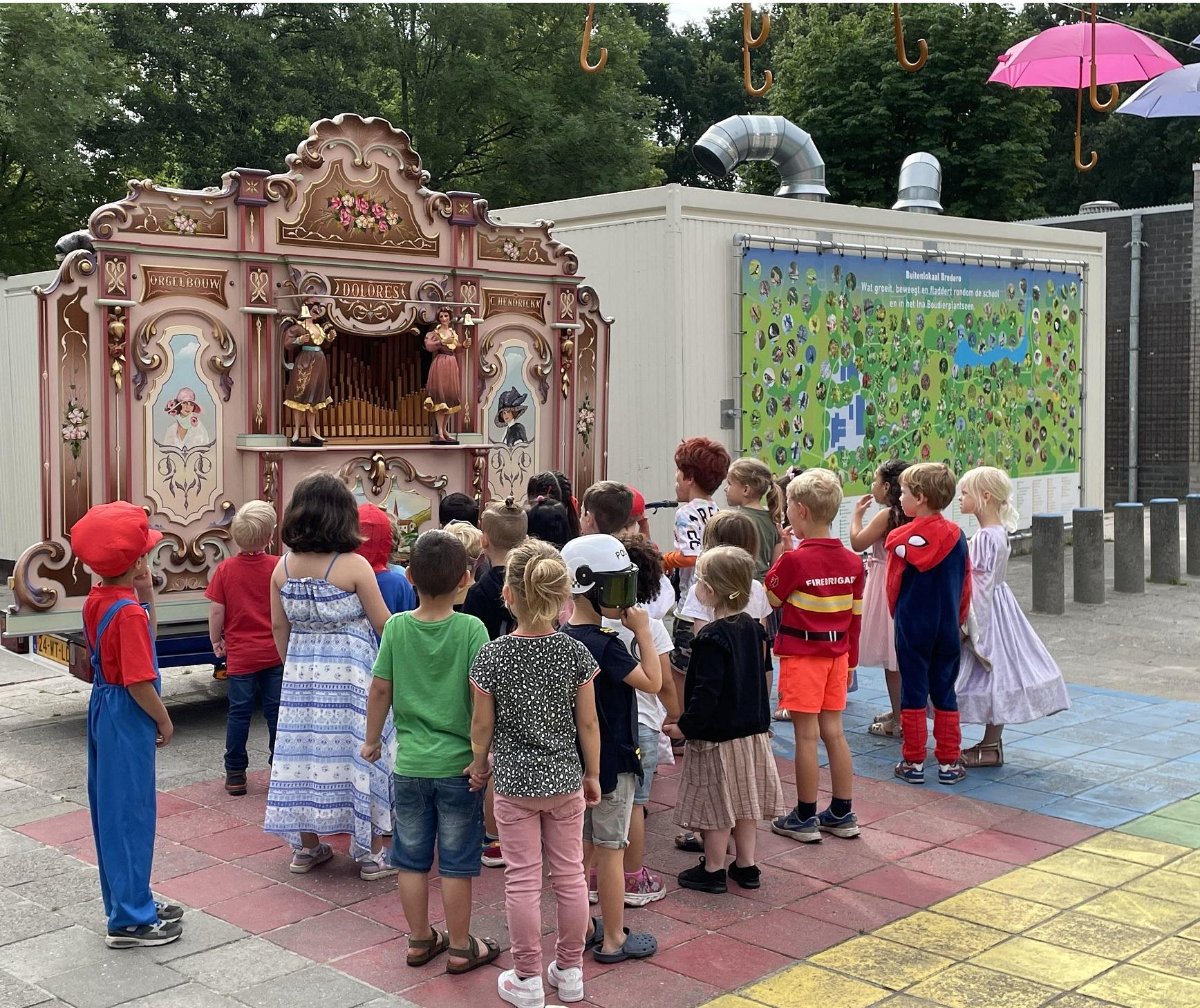 Kinderen luisteren naar de Dolores